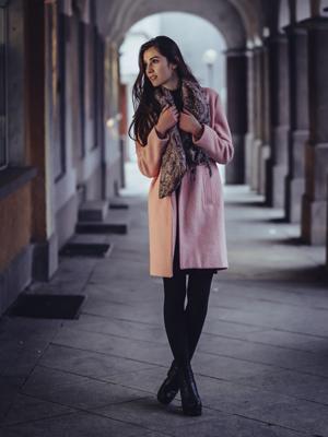 Winteroutfit mit Schal und Strümpfen