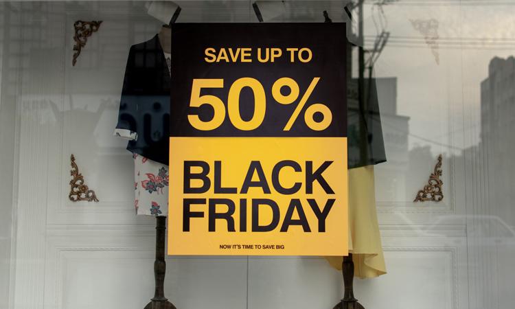 Shopping Fenster bei einem Modeladen am Black Friday mit bis zu 50% Rabatt